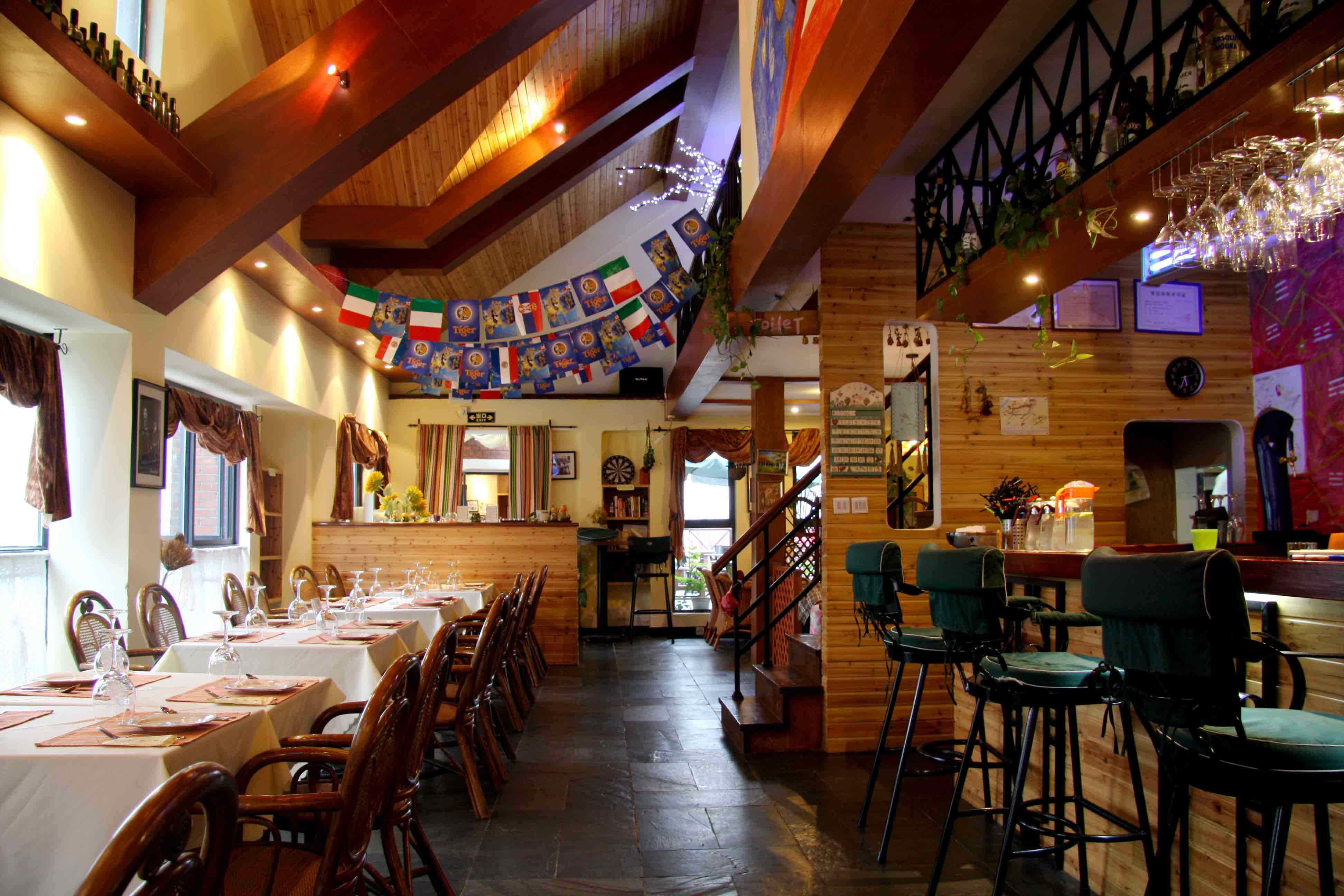 造型和楼梯间墙面极具英式乡村小屋特色的木条装饰无