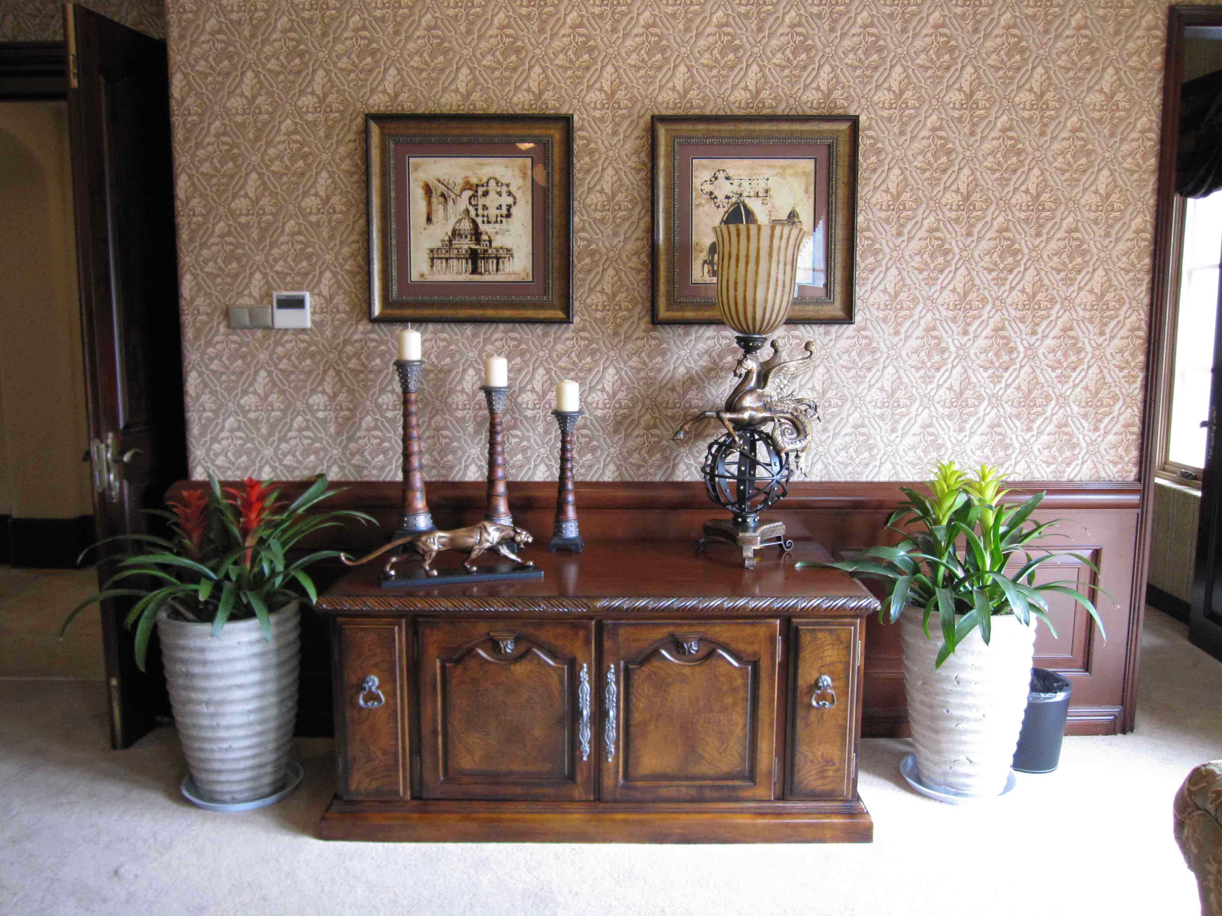 古典建筑装饰画结合饰有繁复欧式纹样金属把手的柜子